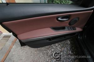 Перетяжка дверных карт BMW E90 кожей.